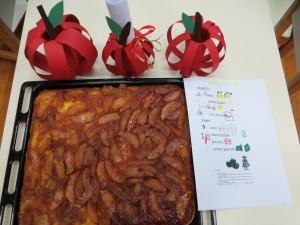 Με τη βοήθεια των μαμάδων μας φτιάξαμε μηλόπιτα με τα μήλα που μας περίσεψαν από τα μηλοσουβλάκια