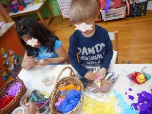 Βάψαμε αυγά με γκοφρέ χαρτί , κηρομπογιες και κλωστές.