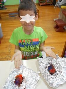 Καλύψαμε τα αυγα με το γκοφρε, τα βρέξαμε λίγο και τα κλείσαμε με το αλουμινόχαρτο
