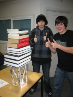 μαθητές του σχολείου καμαρώνουν μια κατασκευή...