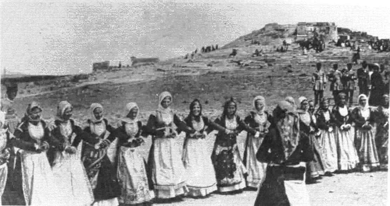 1890 Χορός της Τράτας στον Άγιο Ιωάννη το χορευταρά. Πίσω διακρίνεται ο λόφος του αγίου Δημητρίου
