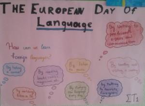 """Το τμήμα του Στ'1 ασχολήθηκε με το θέμα: """"How can we learn foreign languages?"""" και μετά από συζήτηση αποφάσισε ότι αυτοί είναι οι κυριότεροι τρόποι να μάθει κανείς ξένες γλώσσες και δημιούργησαν την παραπάνω αφίσα."""