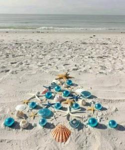 Ένα δέντρο δίπλα στη θάλασσα για τις φετινές γιορτές φέρνει το καλοκαίρι μέσα στο χειμώνα.