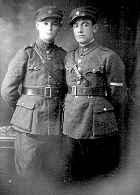 Ο ευκατάστατος έμπορος Θανάσης Καλλιανιώτης από την Αιανή, αριστερά, στρατιώτης του 27ου συντάγματος Πεζικού της Κοζάνης στα τέλη της δεκαετίας του ΄20 μαζί με φίλο του υποδεκανέα. Το καλοκαίρι του 1944 κρατήθηκε επί δεκαπενθήμερο ως «αντιδραστικός» στο κρατητήριο που διατηρούσε στην Κνίδη Βεντζίων το 1/27 τάγμα του ΕΛΑΣ (τάγμα Μπούρινου ή Παλαιολόγου) και απελευθερώθηκε με τη μεσολάβηση χρυσών λιρών, όπως κατέθεσε αργότερα ο αδελφός του Κωνσταντίνος. Η περιπέτειά του αυτή δεν εμπόδισε τους αντάρτες να τον επιστρατεύσουν βιαίως το φθινόπωρο του ιδίου έτους για την πολιορκία της Κοζάνης, την απώθηση του Σλαβομακεδόνων αυτονομιστών και τη σύγκρουση με τον ΕΔΕΣ. Ιδιωτική Συλλογή Χιονίας Καλλιανιώτη –Ρόμπη