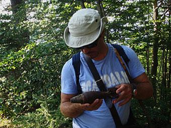 Ο Ανάργυρος Φτάκας επεξεργάζεται άσκαστο βλήμα όλμου στο ύψωμα Κλέφτης του Σμόλικα