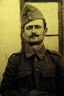Ο επιστρατευμένος αγρότης Αθανάσιος Κύρινας από την Αιανή λίγο πριν αναχωρήσει για το μέτωπο της Αλβανίας το Σεπτέμβρη του 1940