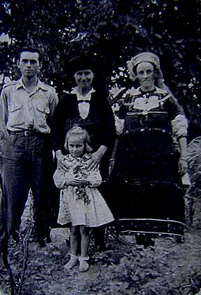 Δεξιά με την παραδοσιακή στολή η Βασιλική Στόκα -Ζαγάρα από την Αιανή. Στην ηλικία των 16 ετών, το φθινόπωρο του 1948, αρπάχτηκε από τους αντάρτες του ΔΣΕ και χρημάτισε αντάρτισσα μέχρι να καταφύγει κρυφά στις τάξεις του Εθνικού Στρατού