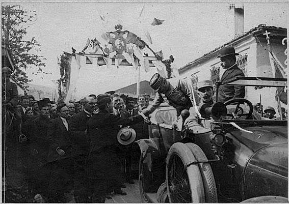 Επίσκεψη του στρατηγού Γκιγιομά στην Κοζάνη (8-9 Μαΐου 1918). Χαιρετά αφ' υψηλού τη διοικητική και θρησκευτική εξουσία της πόλης (πηγή: http://www.culture.gouv.fr/Wave/image/memoire/1516/sap40_or156717_v.jpg)