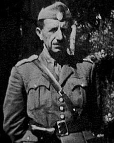 Ο απόστρατος συνταγματάρχης Στέφανος Σαράφης σε πρώιμη φωτογραφία του ως αντάρτης του ΕΛΑΣ, αφού από τις επωμίδες του λείπουν τα εξάκτινα αστέρια που έφερε αργότερα. Συγκρούστηκε με βασιλικούς στρατιώτες στο Χρώμιο το 1916 (πηγή: http://asklipios-trikki.blogspot.gr/2012/06/8-9-1943-2431024913_24.html)