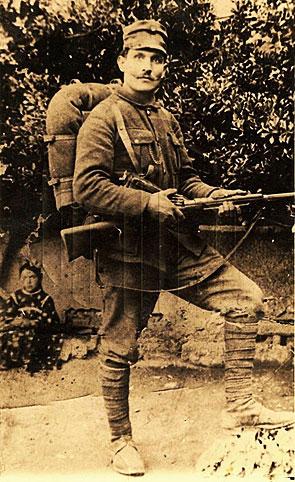 Στρατιώτης της δεκαετίας του 1910 με πλήρη πολεμική εξάρτηση. Ογδόντα τέσσερις συνάδελφοί του εκτελέστηκαν το καλοκαίρι του 1918 ως λιποτάκτες οπαδοί του βασιλιά στο χώρο όπου γίνεται σήμερα ο νιάημερος της Κοζάνης (πηγή: http://greekworldhistory.blogspot.gr/2013/10/1913-1923.html)