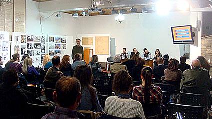 Λεπτομέρεια από την εκδήλωση. Οι ακροατές, ο ομιλών αριστερά, στο βάθος σύνεδροι και το προεδρείο (Φωτογραφία Μαρίας Μπρέτσα)