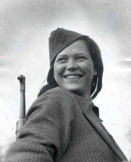 Σέρβα παρτιζάνα. Νεαρά κορίτσια όπως η παριστάμενη αποτελούσαν άριστο μέσο προπαγάνδας για στρατολόγηση αγοριών και κοριτσιών στο αντάρτικο. Πηγή http://www.jugosloveni.info/12/Fotografije.html#