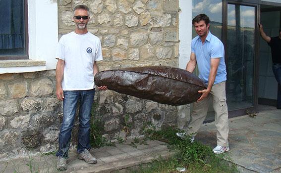 Ο Ανάργυρος Φτάκας κι ο γράφων βαστούν μία αμερικανική ναπάλμ βόμβα που έριξαν τα αεροπλάνα του Ελληνικού Στρατού εναντίον των ανταρτών του ΔΣΕ. Βρέθηκε στο ύψωμα Ανθρωπάκος του Γράμμου. Το μοναδικό αυτό εύρημα πιστοποιεί την κενή φιλολογία περί εκατομμυρίων ναπάλμ που έπεσαν στο Γράμμο κατά την περίοδο του Κυρίως Εμφυλίου Πολέμου
