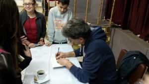 Ο κ. Μανδηλαράς υπογράφει τα βιβλία των μαθητών