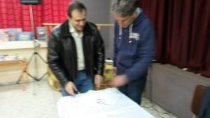 Ο κ. Μοίρας δίνει στον κ. Μανδηλαρά το Λεύκωμα του σχολείου
